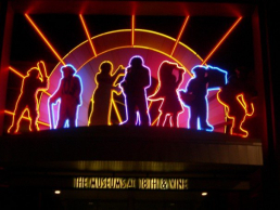 Neon sign depicting people enjoying jazz music at The Museum at 18th and Vine